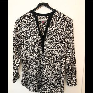 A very cute Women's pre-owned Vince Camuto  blouse